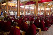 Его Святейшество Далай-лама наблюдает за ходом философского диспута во время экзаменов в монастыре Ганден Джангце, Мандгод. Индия, 4 февраля 2011. Фото: Тензин Чойджор (офис ЕСДЛ)
