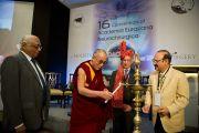 Его Святейшество Далай-лама открывает 16-ю конференцию Евразийской академии нейрохирургии в Мумбаи, Индия. 18 февраля 2011. Фото: Тензин Чойджор (офис ЕСДЛ)