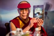 Его Святейшество Далай-лама во время представления книги на 16-й конференции Евразийской академии нейрохирургии в Мумбаи, Индия. 18 февраля 2011. Фото: Тензин Чойджор (офис ЕСДЛ)