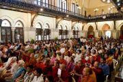 Студенты и сотрудники университета Мумбаи слушают Его Святейшество Далай-ламу. 18 февраля 2011. Фото: Тензин Чойджор (офис ЕСДЛ)