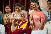 Его Святейшество Далай-лама фотографируется на память со студентами и сотрудниками университета Мумбаи. 18 февраля 2011. Фото: Тензин Чойджор (офис ЕСДЛ)