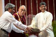 Его Святейшеству Далай-ламе вручают памятный подарок в университете Мумбаи, Индия. 18 февраля 2011. Фото: Тензин Чойджор (офис ЕСДЛ)