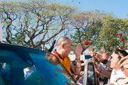 Его Святейшество Далай-лама покидает стадион, на котором он давал учения. Мумбаи, Индия. 19 февраля 2011. Фото: Тензин Чойджор (офис ЕСДЛ)
