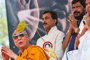 """Его Святейшество Далай-лама на молебне перед началом учений """"Введение в буддизм"""" в Мумбаи, Индия. 19 февраля 2011. Фото: Тензин Чойджор (офис ЕСДЛ)"""
