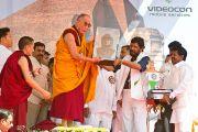 Перед началом учений Его Святейшеству Далай-ламе вручили в подарок бюст Б.Р.Амбедкара. Мумбаи, Индия. 19 февраля 2011. Фото: Тензин Чойджор (офис ЕСДЛ)