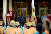 Его Святейшество Далай-лама приветствует собравшихся на торжественное мероприятие по случаю 52-й годовщины Тибетского народного восстания. Дхарамсала, Индия. 10 марта 2011