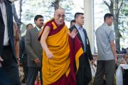 Его Святейшество Далай-лама идет к главному храму (Цуглакану) во второй день учений для буддистов Тайланда. Дхарамсала, Индия. 15 марта 2011. Фото: Тензин Чойджор (Офис ЕСДЛ)