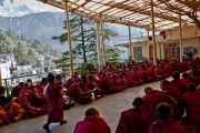Монахи разносят чай во время учений Его Святейшества Далай-ламы, дарованных им по просьбе буддистов из Тайланда. Дхарамсала, Индия. 15 марта 2011. Фото: Тензин Чойджор (Офис ЕСДЛ)