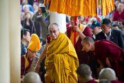 Его Святейшество Далай-лама на входе в главный храм перед учениями по Джатакам в Дхарамсале, Индия. 19 марта 2011. Фото: Тензин Чойджор (Офис ЕСДЛ)