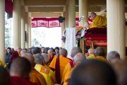 Его Святейшество Далай-лама читает из текста Джатак во время учений в Дхарамсале, Индия. 19 марта 2011. Фото: Тензин Чойджор (Офис ЕСДЛ)