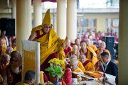 Его Святейшество Далай-лама поднимается на трон перед учениями по Джатакам в Дхарамсале, Индия. 19 марта 2011. Фото: Тензин Чойджор (Офис ЕСДЛ)