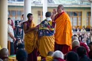 Монахи совершают традиционные подношения перед началом учений Его Святейшества Далай-ламы. Дхрамасала, Индия. 19 марта 2011. Фото: Тензин Чойджор (Офис ЕСДЛ)