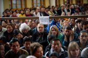 Послушать учения Его Святейшества Далай-ламы пришли не только тибетцы, но и западные ученики. Дхарамсала, Индия. 19 марта 2011. Фото: Тензин Чойджор (Офис ЕСДЛ)