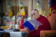 Его Святейшество Далай-лама знакомится с годовым отчетом о работе Института тибетской медицины и астрологии. Дхарамсала, Индия. 23 марта. Фото: Тензин Чойджор (Офис ЕСДЛ)