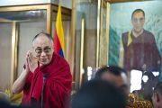 Его Святейшество Далай-лама приветствует собравшихся перед тем, как обратиться к ним с краткой речью на торжественной церемони, посвященной 50-летию Института тибетской медицины и астрологии. Дхарамсала, Индия. 23 марта. Фото: Тензин Чойджор (Офис ЕСДЛ)