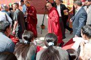Его Святейшество Далай-лама покидает Институт тибетской медицины и астрологии после торжественной церемонии в честь 50-летия института. Дхарамсала, Индия. 23 марта. Фото: Тензин Чойджор (Офис ЕСДЛ)