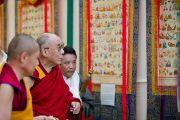 Его Святейшество Далай-лама рассматривает танки, описывающие различные аспекты тибетской медицины во время празднования 50-летия Института тибетской медицины и астрологии. Дхарамсала, Индия. 23 марта. Фото: Тензин Чойджор (Офис ЕСДЛ)