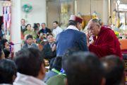 Его Святейшество Далай-лама и Раджив Биндал, министр здравоохранения штата Химачал Прадеш, на торжественной церемонии в честь 50-летия Института тибетской медицины и астрологии. Дхарамсала, Индия. 23 марта. Фото: Тензин Чойджор (Офис ЕСДЛ)