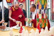 Его Святейшество Далай-лама зажигает масляный светильник на открытии торжественной церемонии, посвященной 50-летию Института тибетской медицины и астрологии. Дхарамсала, Индия. 23 марта. Фото: Тензин Чойджор (Офис ЕСДЛ)