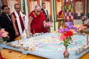 Его Святейшество Далай-лама рассматривает песочную мандалу. Празднование 50-летия Института тибетской медицины и астрологии. Дхарамсала, Индия. 23 марта. Фото: Тензин Чойджор (Офис ЕСДЛ)