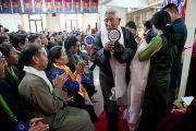 Награждение сотрудников Института тибетской медицины и астрологии по случаю 50-летия института. Дхарамсала, Индия. 23 марта. Фото: Тензин Чойджор (Офис ЕСДЛ)