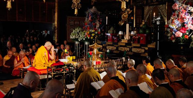 Его Святейшество Далай-лама возглавил большой молебен в Токио