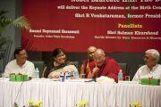 Его Святейшество Далай-лама принял участие в работе круглого стола на мероприятии в честь бывшего президента Индии Р. Венкатарамана. 2 апреля 2011. Дели, Индия. Фото: Тензин Чойджор (Офис ЕСДЛ)