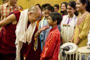 """Его Святейшество Далай-лама с удовольствием пообщался с молодыми исполнителями, которые выступили с концертом перед началом лекции Далай-ламы """"Ненасилие и духовные ценности в светской Индии"""". 2 апреля 2011. Дели, Индия. Фото: Тензин Чойджор (Офис ЕСДЛ)"""