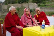 Его Святейшество Далай-лама и почётные гости на отркытии музея махараджи Сансар Чанда в Кангре, штат Химачал Прадеш, Индия. 6 апреля 2011. Фото: Тензин Чойджор (Офис ЕСДЛ)