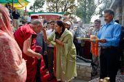 Традиционное индийское приветствие Его Святейшеству Далай-ламе на открытии открытии музея махараджи Сансар Чанда в Кангре, штат Химачал Прадеш, Индия. 6 апреля 2011. Фото: Тензин Чойджор (Офис ЕСДЛ)