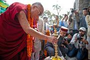 Его Святейшество Далай-лама зажигает светильник на торжественной церемонии открытия музея махараджи Сансар Чанда в Кангре, штат Химачал Прадеш, Индия. 6 апреля 2011. Фото: Тензин Чойджор (Офис ЕСДЛ)