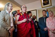Его Святейшество Далай-лама слушает аудио-экскурсию в музее махараджи Сансар Чанда в Кангре, штат Химачал Прадеш, Индия. 6 апреля 2011. Фото: Тензин Чойджор (Офис ЕСДЛ)