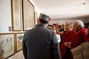 Его Святейшество Далай-лама осматривает экспозицию на отркытии музея махараджи Сансар Чанда в Кангре, штат Химачал Прадеш, Индия. 6 апреля 2011. Фото: Тензин Чойджор (Офис ЕСДЛ)
