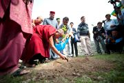 Его Святейшество Далай-лама сажает деревце на отркытии музея махараджи Сансар Чанда в Кангре, штат Химачал Прадеш, Индия. 6 апреля 2011. Фото: Тензин Чойджор (Офис ЕСДЛ)