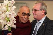 Друг Его Святейшества Далай-ламы Ричард Мур, основатель организации «Дети под перекрестным огнем» (Children in Crossfire), встречает его в аэропорту Дублина. 12 апреля 2011. Фото: Speirs.