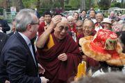 Традиционное приветствие Его Святейшества  Далай-ламы по прибытию в отель в Дублине, Ирландия.  12 апреля 2011. Фото: Тензин Такла, OHHDL