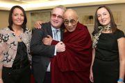 Ричард Мур, основатель организации «Дети под перекрестным огнем» (Children in Crossfire), и его семья встречают Его Святейшество Далай-ламу в аэропорту Дублина. 12 апреля 2011. Фото: Speirs.