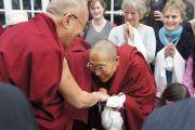 Его Святейшество приветствует встречающих по прибытию в Дублин, Ирландия.  12 апреля 2011. Фото: Тензин Такла, OHHDL