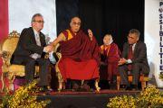 """Его Святейшество Далай-лама и Ричард Мур на форуме """"Возможности 2011"""" в Дублине, Ирландия. 13 апреля 2011. Фото: Тензин Такла (Офис ЕСДЛ)"""