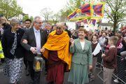 Его Святейшество Далай-лама и Ричард Мур несут огонь св. Бригитты. Кильдэр, Ирландия. 13 апреля 2011. Фото: Тензин Такла (Офис ЕСДЛ)