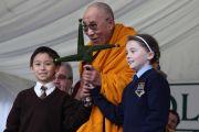 Его Святейшеству Далай-ламе вручили крест святой Бригитты Кильдэрской (покровительницы Ирландии наравне со святым Патриком). Кильдэр, Ирландия. 13 апреля 2011. Фото: Тензин Такла (Офис ЕСДЛ)
