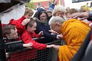 Его Святейшество Далай-лама приветствует маленьких жителей Кильдэра, Ирландия. 13 апреля 2011. Фото: Тензин Такла (Офис ЕСДЛ)