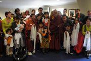 Его Святейшество Далай-лама сфотографировался на память с членами тибетской общины и сторонниками Тибета. Дублин, Ирландия. 13 апреля 2011. Фото: Тензин Такла (Офис ЕСДЛ)