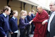 Его Святейшество Далай-лама приветствует школьников в Кильдэре, Ирландия. 13 апреля 2011. Фото: Тензин Такла (Офис ЕСДЛ)