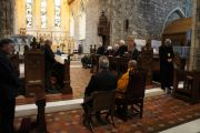 Его Святейшество Далай-лама и местное духовенство во время безмолвной молитвы в церкви св. Бригитты. Кильдэр, Ирландия. 13 апреля 2011. Фото: Тензин Такла (Офис ЕСДЛ)