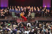 В честь визита Его Святейшества Далай-ламы школьники исполнили специально сочиненную песню о сострадании. Лимерик, Ирландия. 14 апреля 2011. Фото: Speirs