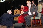 Ричад Мур, Чарльз Иннес и Его Святейшество Далай-лама обмениваются рукопожатием. Ричар Мур ослеп в десятилетнем возрасте в результате ранения резиновой пулей, выпущенной Чарльзом Иннесом, в то время британским солдатом. Позже они стали друзьями. Лимерик, Ирландия. 14 апреля 2011. Фото: Speirs