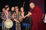 Его Святейшество Далай-лама привествует молодых исполнителей на концерте в университете Лимерика, Ирландия. 14 апреля 2011. Фото: Speirs