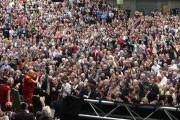 Его Святейшество Далай-лама приветствует трехтысячную аудиторию, собравшуюся на стадионе университета Лимерика, Ирландия. 14 апреля 2011. Фото: Speirs