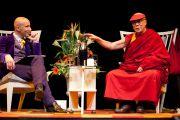 """Его Святейшество на встерче """"Знакомьтесь, Далай-лама"""", подготовленной шведской организацией Individual Releif  (IM). Стокгольм, Швеция. 15 апреля 2011."""